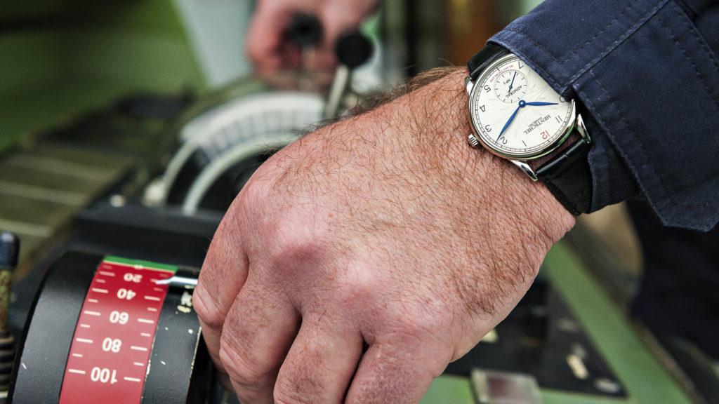 Im Einsatz: Das Uhrenmodell Admiral der Uhrenmanufaktur Hentschel am Handgelenk eines Schiffskapitäns.