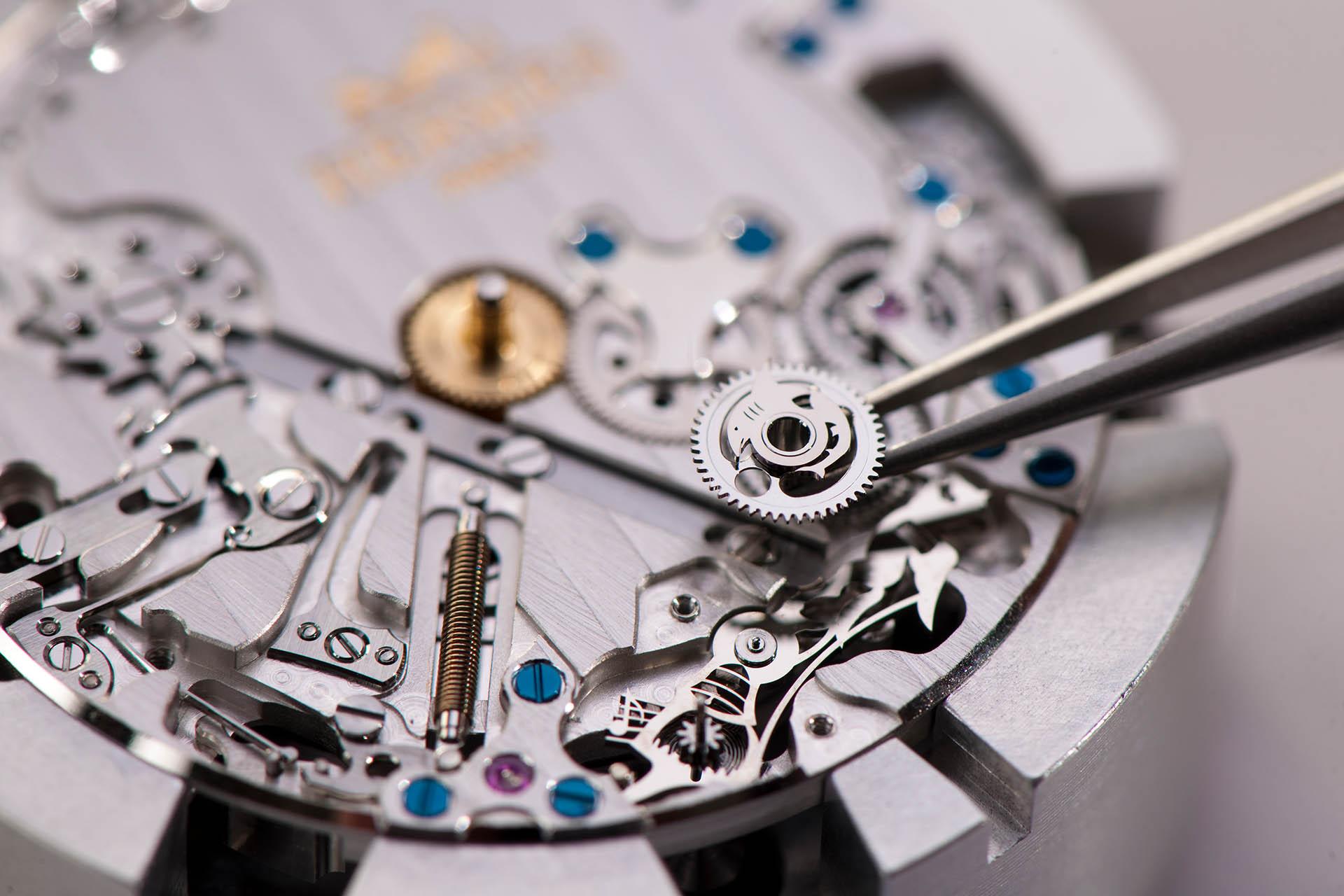 Humorvolles Detail im Uhrwerk des Automatikkalibers H1912 der Slim d'Hermès L'heure impatiente: Ein Rad hat die Gestalt eines Fischs, seine Flosse ragt als einzelner Zahn nach oben.