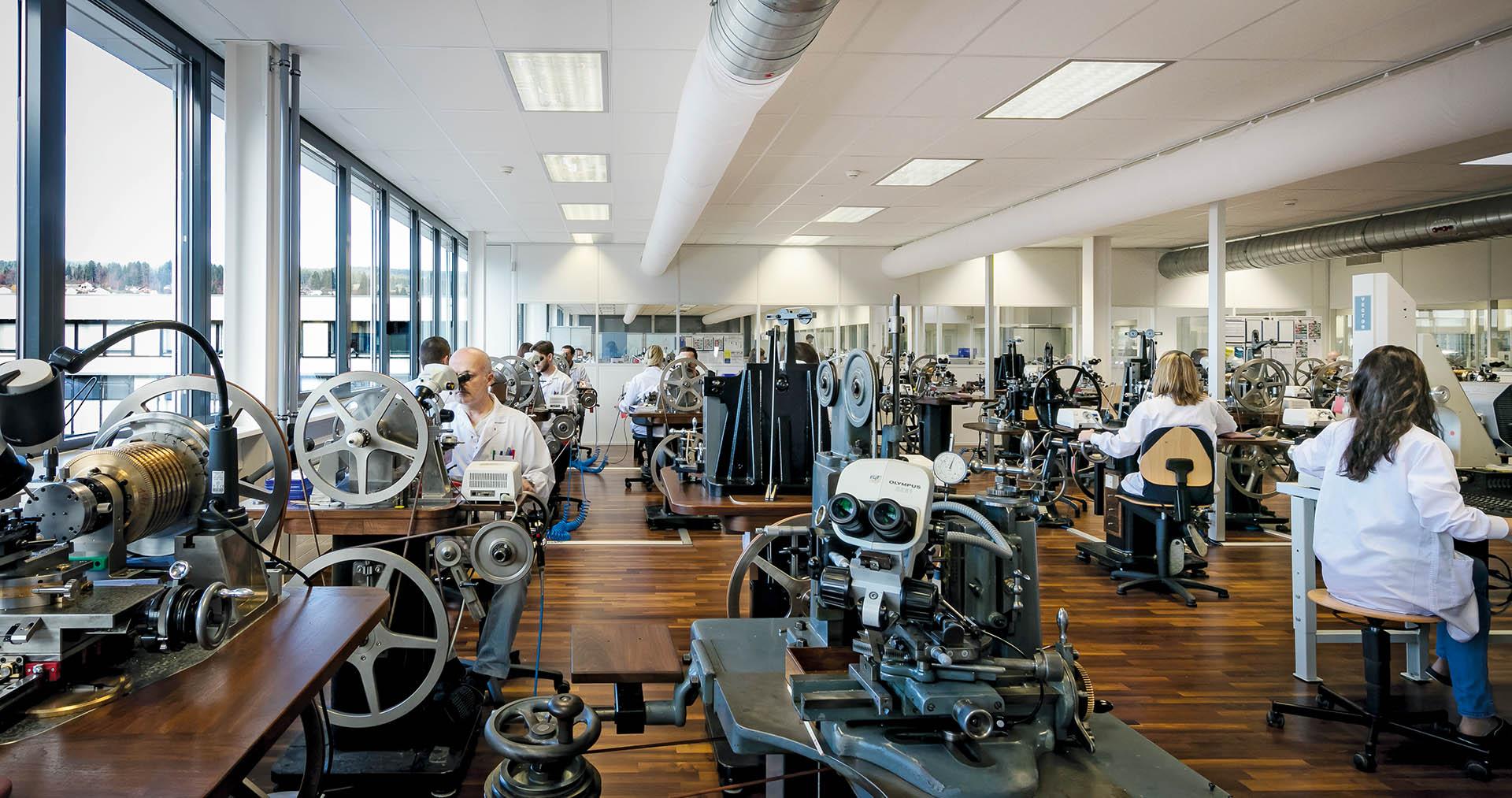 Blick in die Guillochierwerkstatt von Breguet.