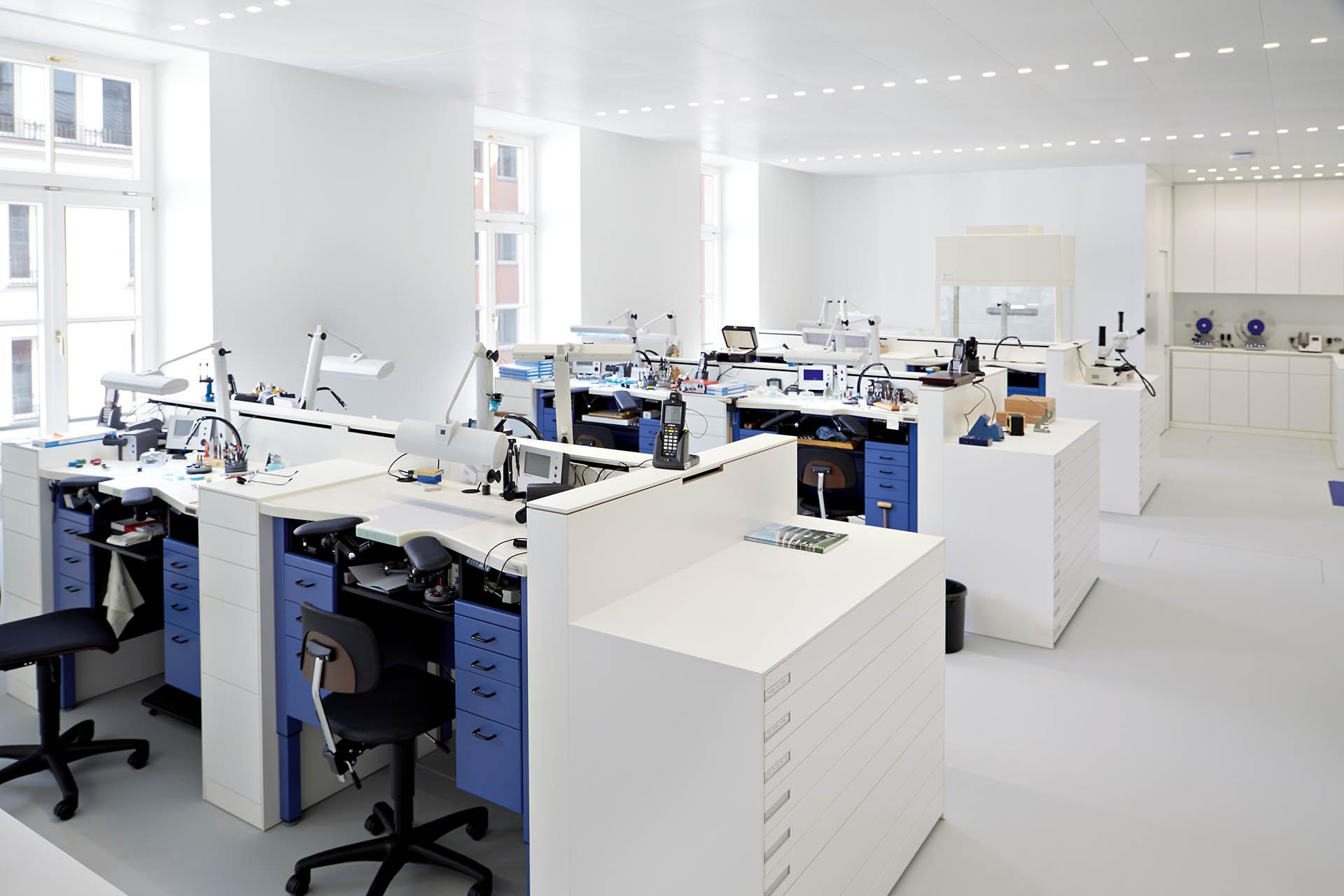 In der modernen Werkstatt von Patek Philippe in München erleichtern helles Licht und staubfrei gefilterte Luft die Arbeit der Uhrmacher.