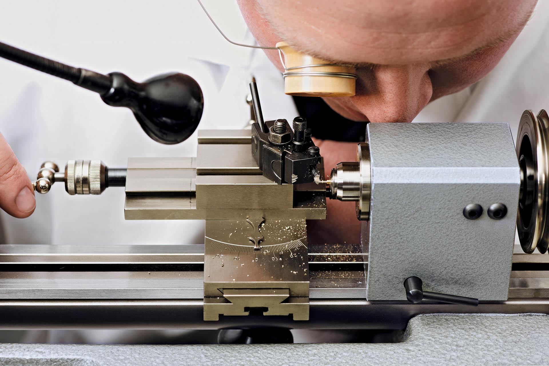 Teilefertigung für Tutima-Prototypen an einer Drehbank.