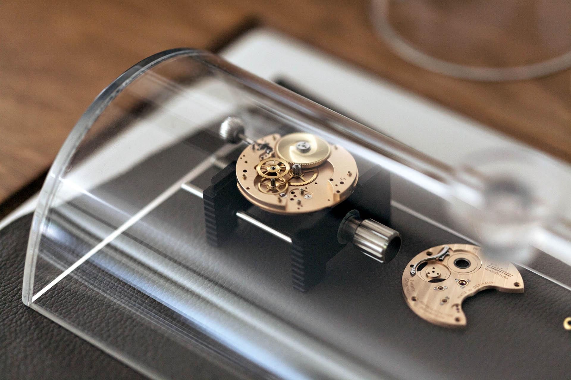 Blick auf den Uhrmacherwerktisch: Werke der exklusiven Kollektion Patria werden dort mit eigenen Komponenten aufgebaut.