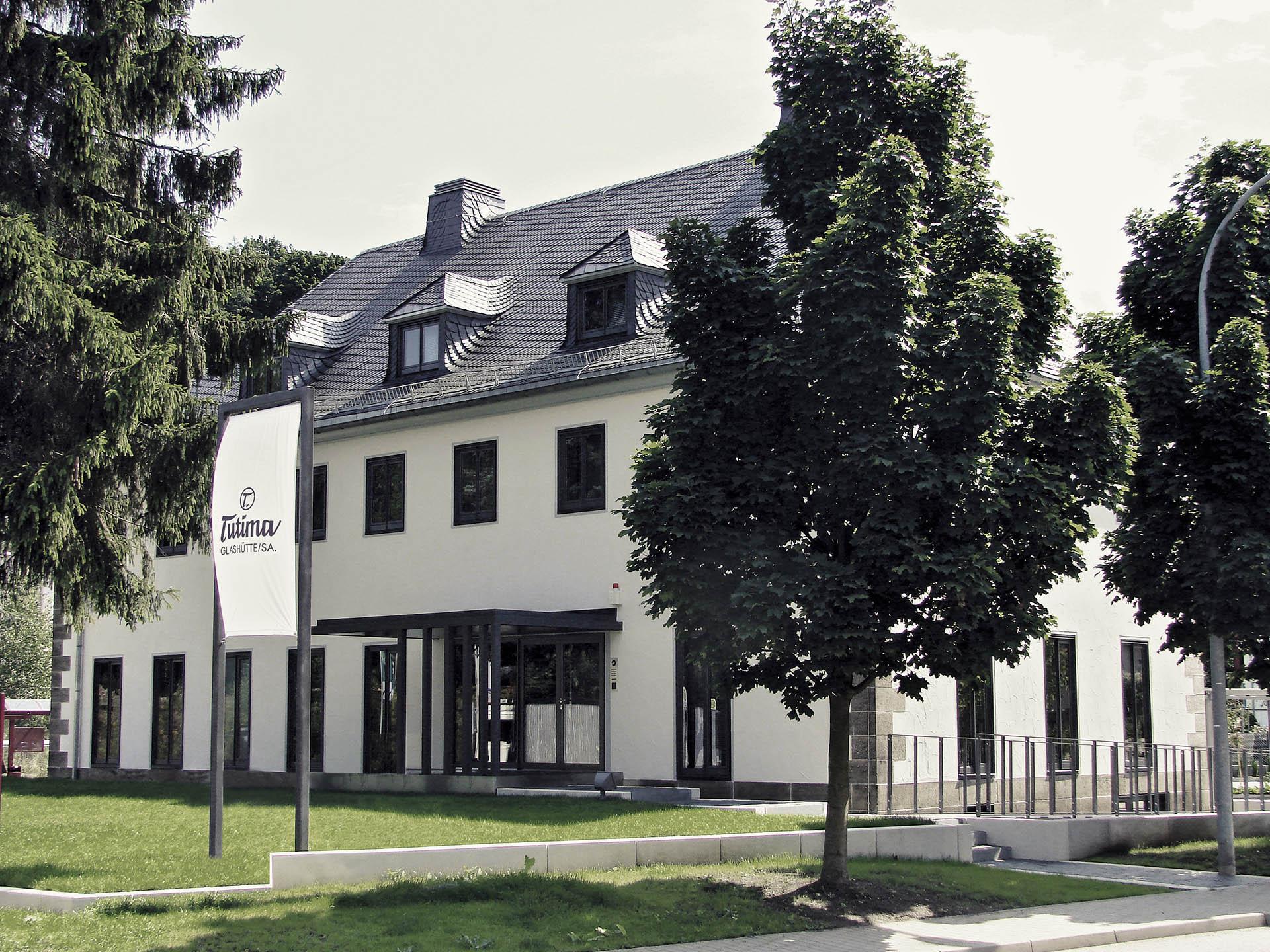 In der ehemaligen Glashütter Bahnhofsmeisterei an der Altenberger Straße eröffnete Tutima 2008 die eigene Manufaktur.