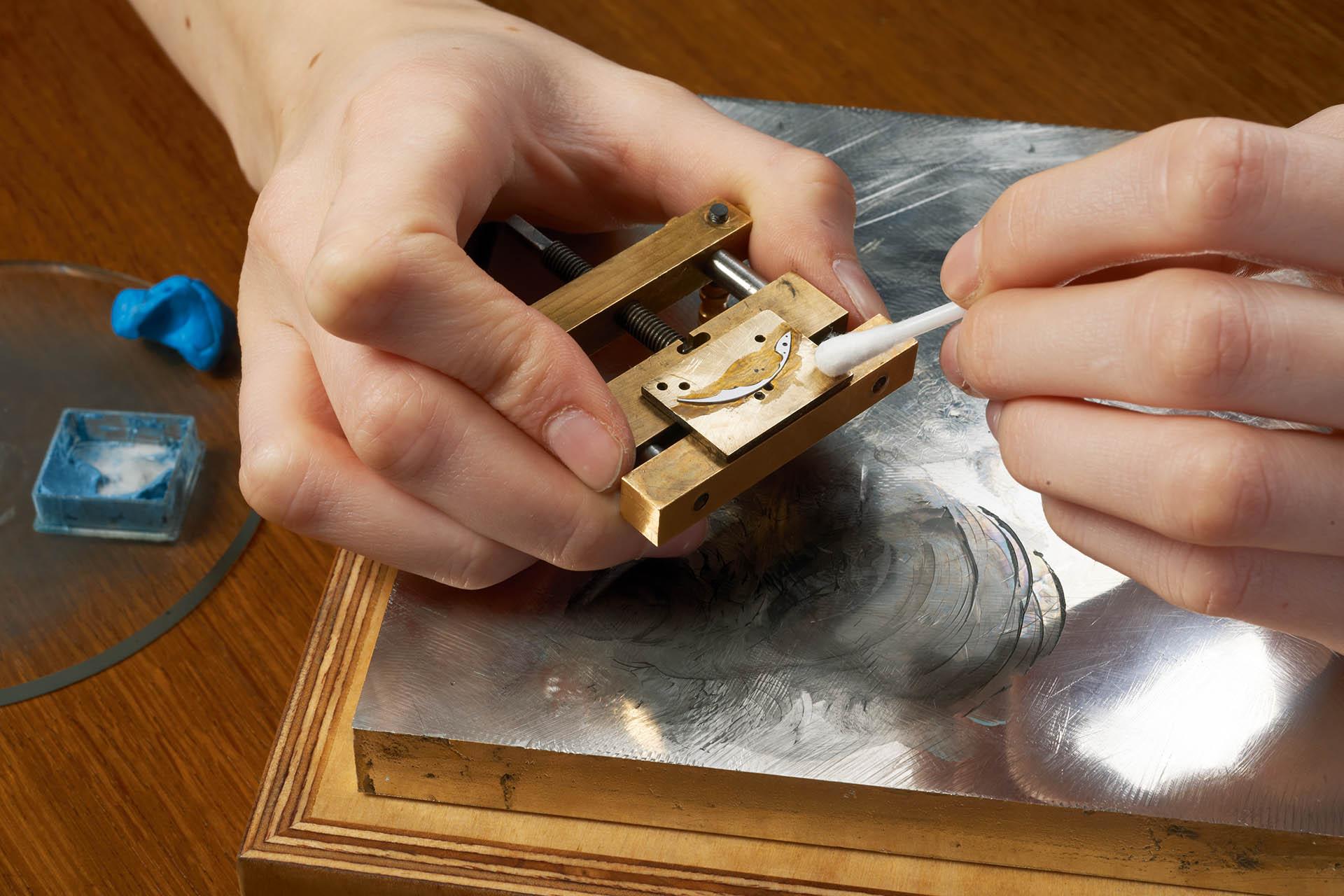 Finissage und Dekoration zahlreicher Komponenten finden bei Tutima in Glashütte statt.
