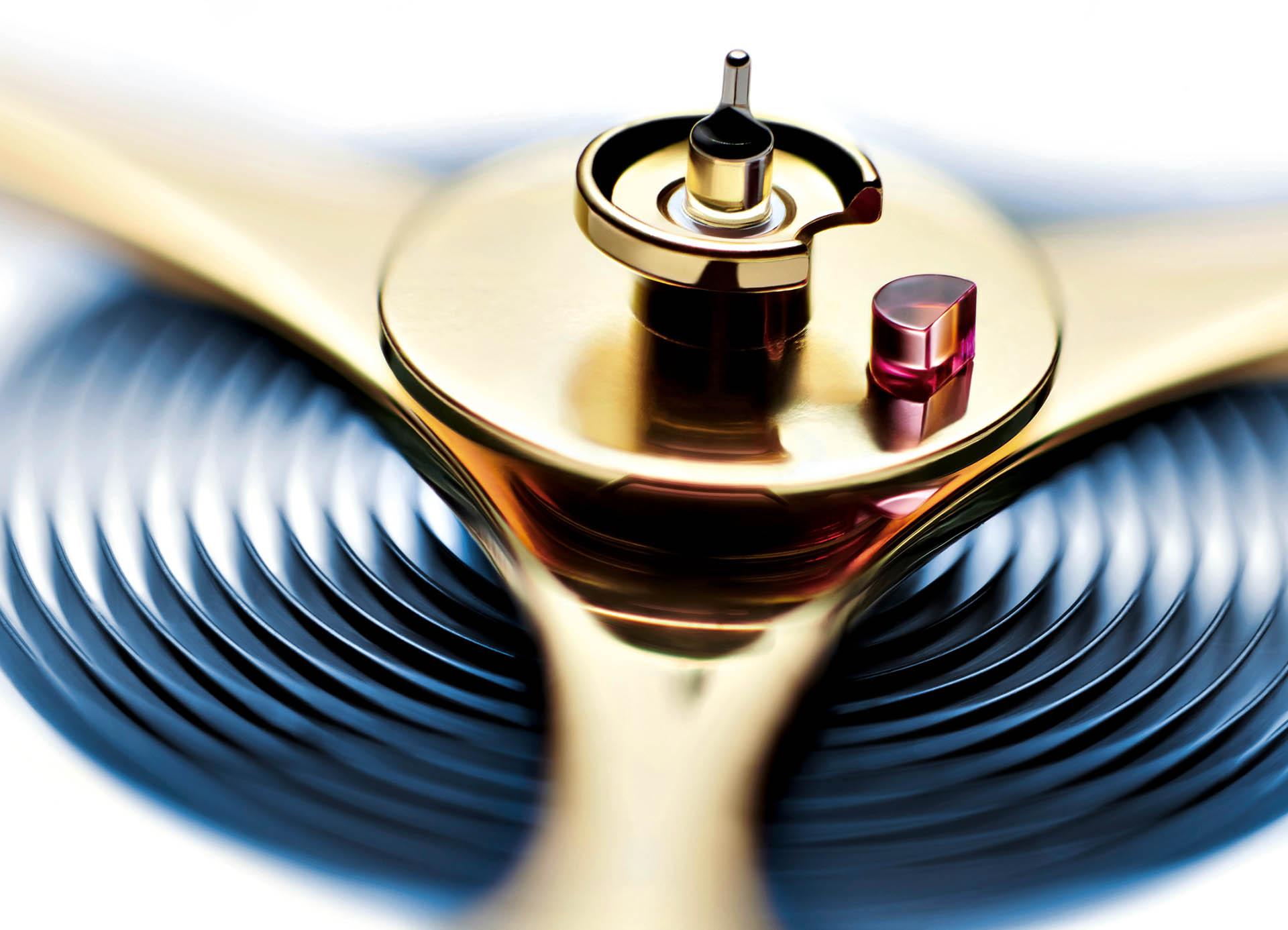 Aus den Ateliers von Nomos Glashütte: fertige Unruh mit montierter Spirale