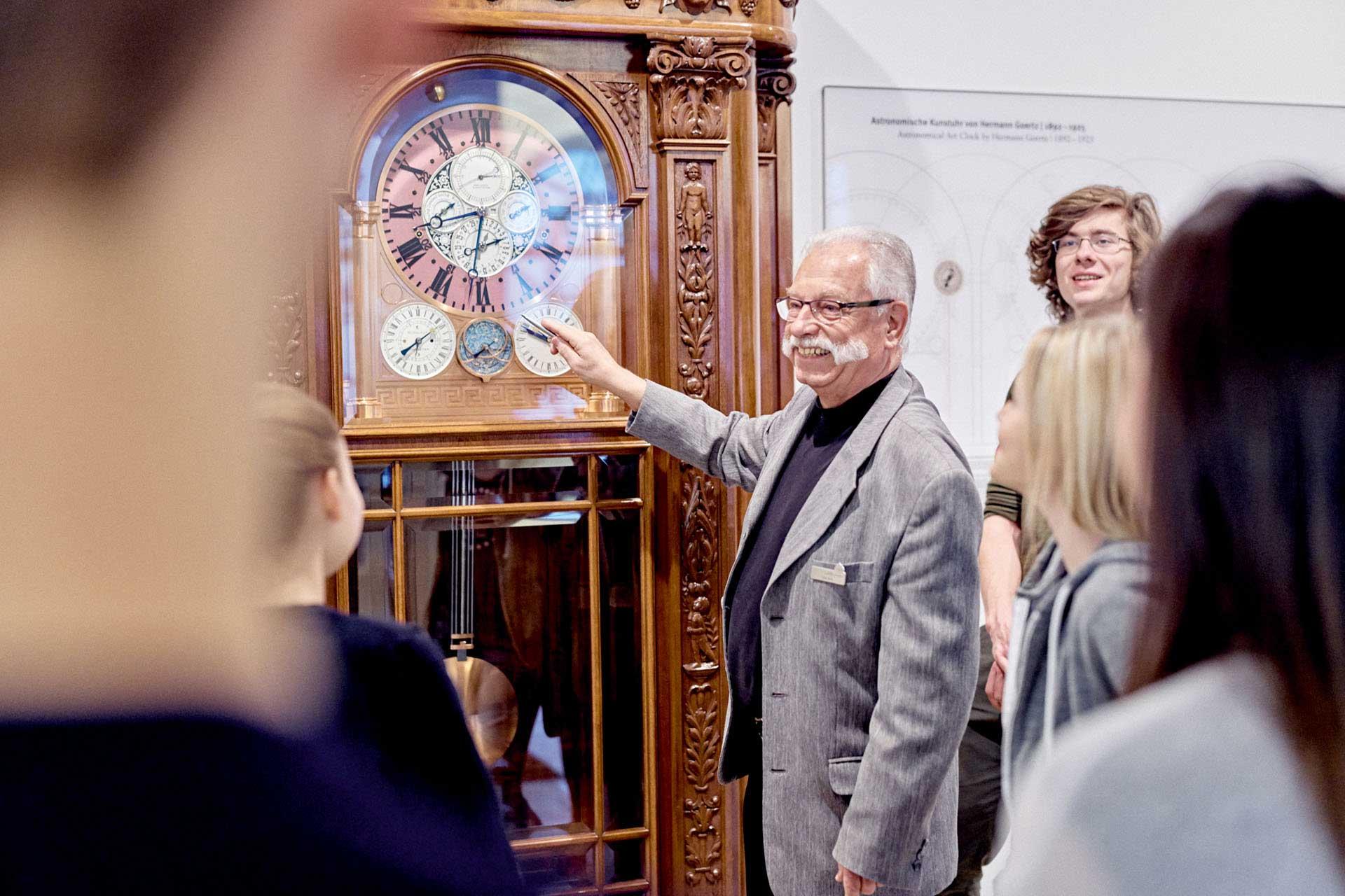 """Die Manufaktur Glashütte Original bot sich nicht nur durch ihre Nachbarschaft als Veranstaltungsort an, sie ist als Mitbegründerin der Stiftung """"Deutsches Uhrenmuseum Glashütte – Nicolas G. Hayek"""" unmittelbar in das Projekt involviert."""