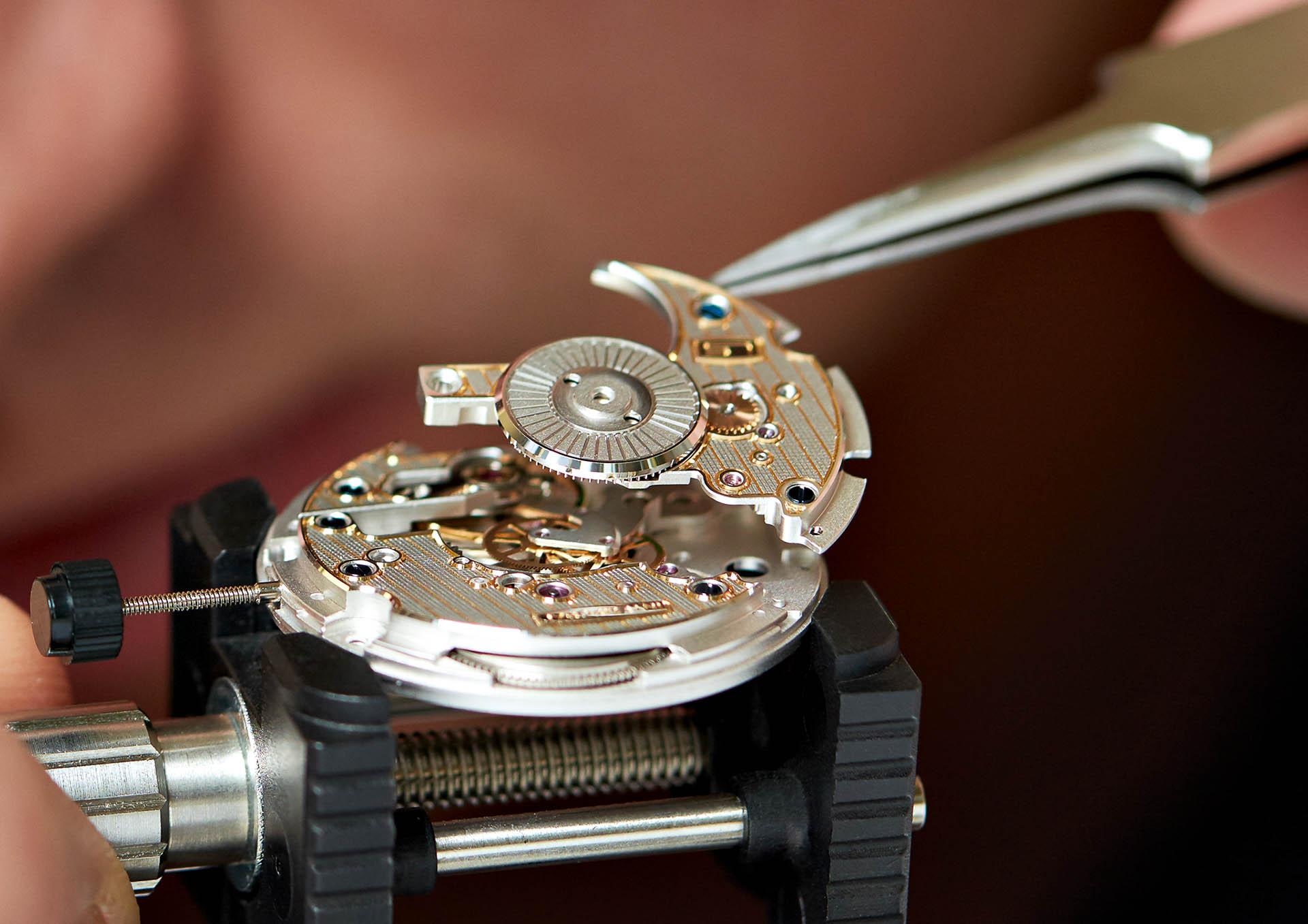 Montage der Uhrwerke in der eigenen Uhrmacherwerkstatt