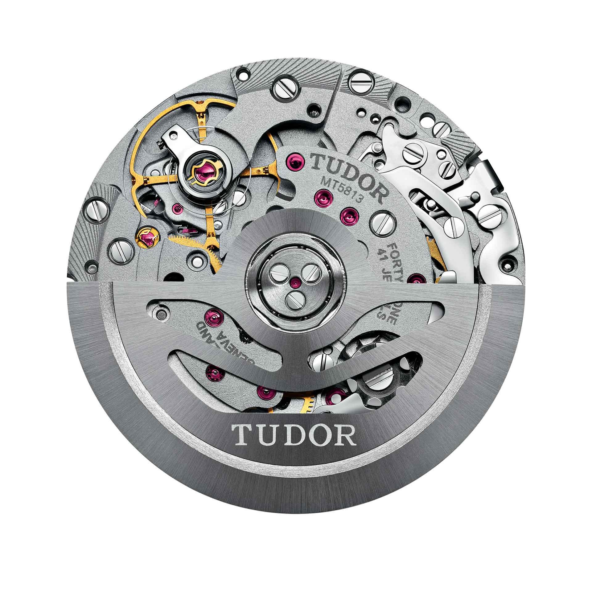 Das Tudor Kaliber MT5813 beruht auf einem Basiswerk von Breitling, das von Tudor ein eigenes Regulierorgan erhält.