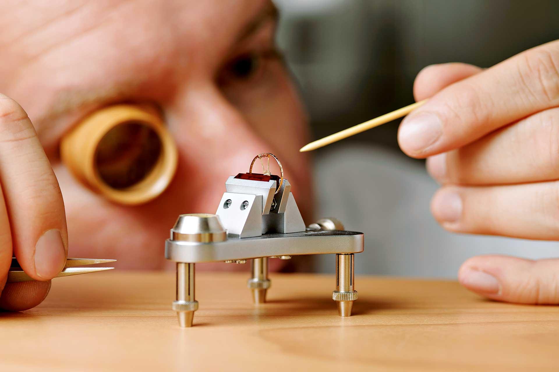 : Zum Auswuchten des Unruhreifs wird jener auf dieses Werkzeug aufgelegt. So machen sich Schwerpunktfehler bemerkbar, und Material kann abgetragen werden.