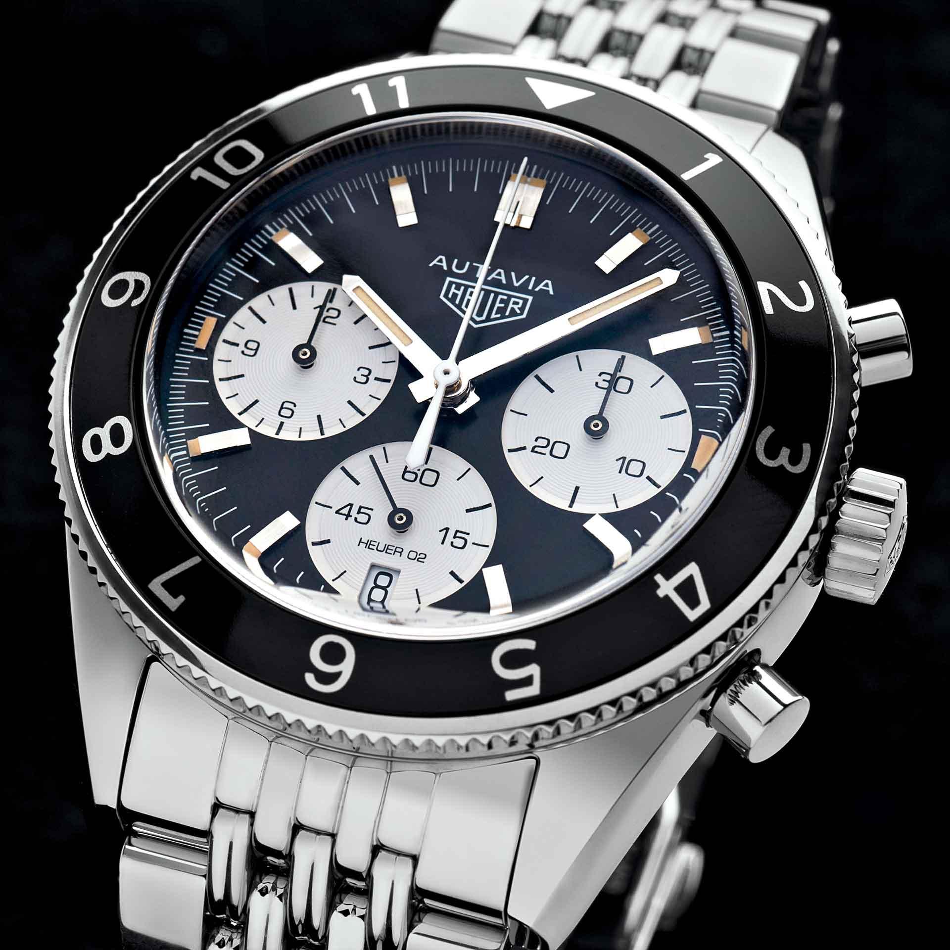 Autavia von TAG Heuer: Das schwarze Zifferblatt mit den weißen Chronographenzählern geht auf eine Uhrenversion zurück, die 1966 als Referenz 2446 Mk. III entwickelt und von Formel-1-Weltmeister Jochen Rindt getragen wurde.