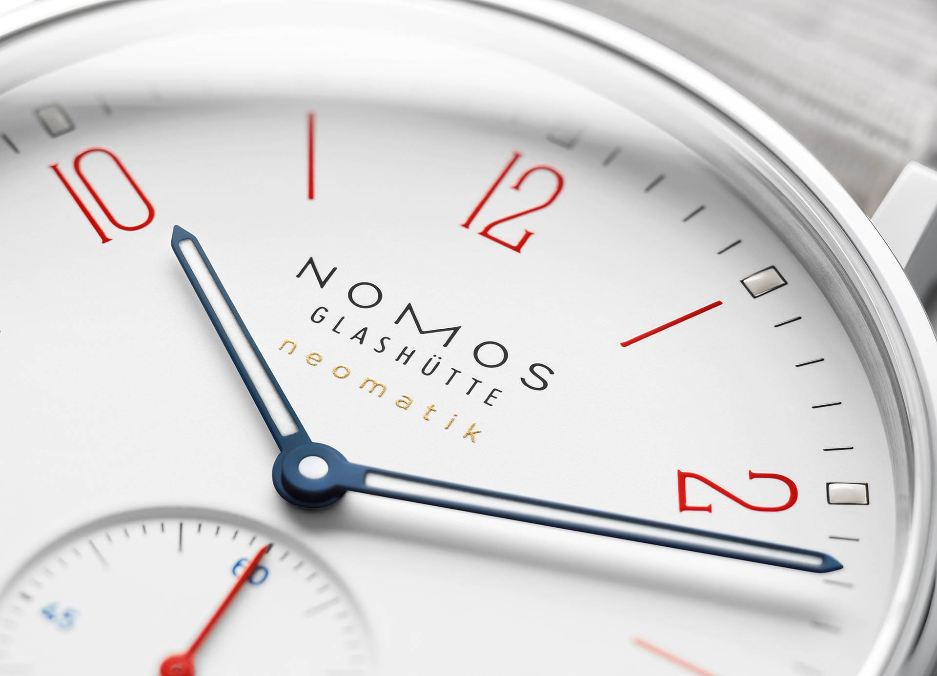 Ahoi neomatik signalweiß von Nomos Glashütte.