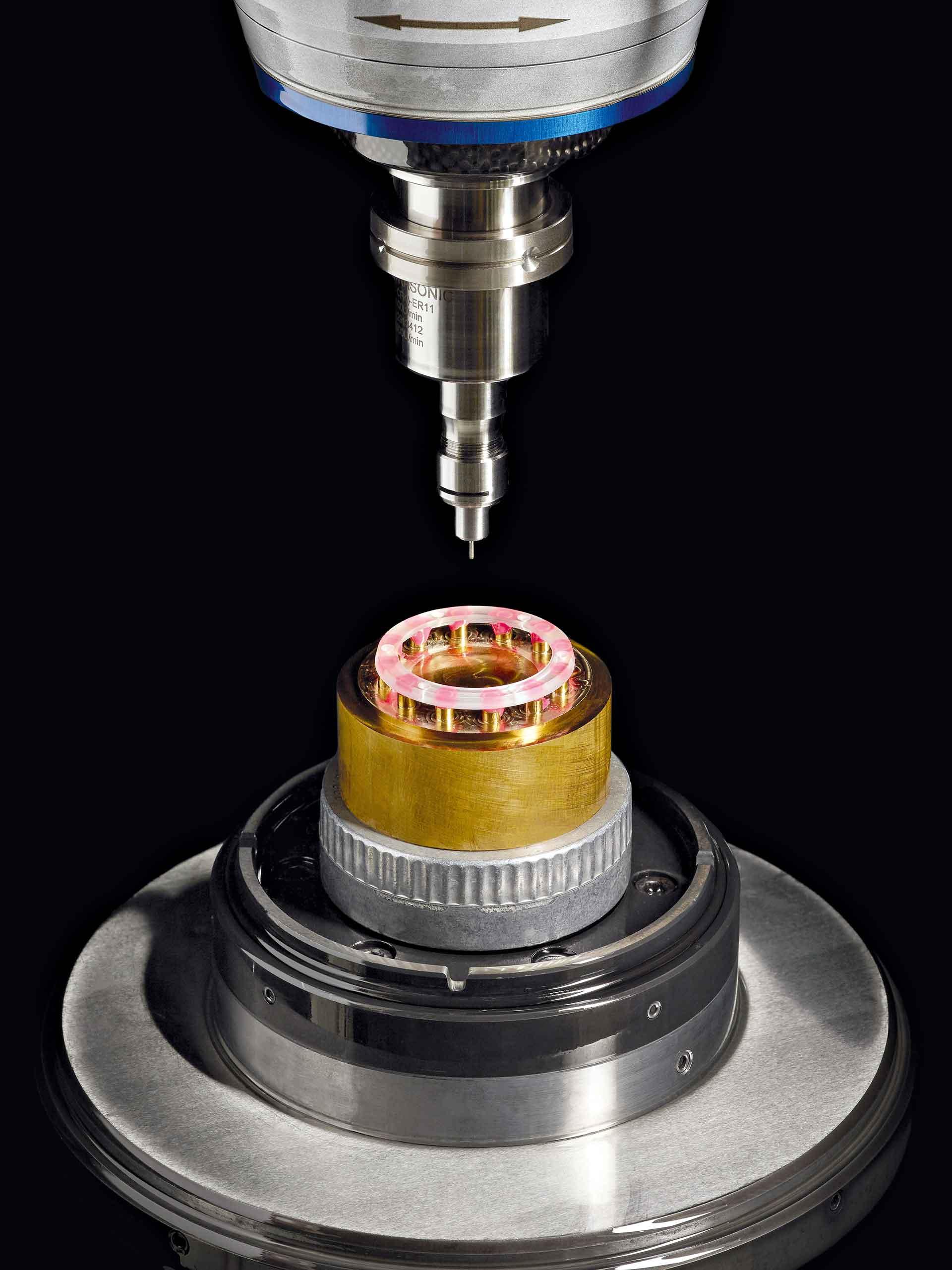 Saphirglas kann von CNC-Maschinen geschnitten, gebohrt und gefräst werden. Hier die Bearbeitung bei Hublot.