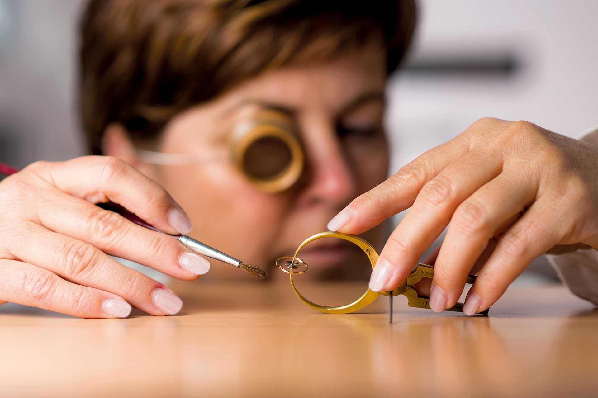 Zur Prüfung des Rundlaufs wird die Unruh mitsamt Spirale in dieser Vorrichtung gedreht und mit kritischem Auge begutachtet, ggf. wird dann von Hand nachjustiert.