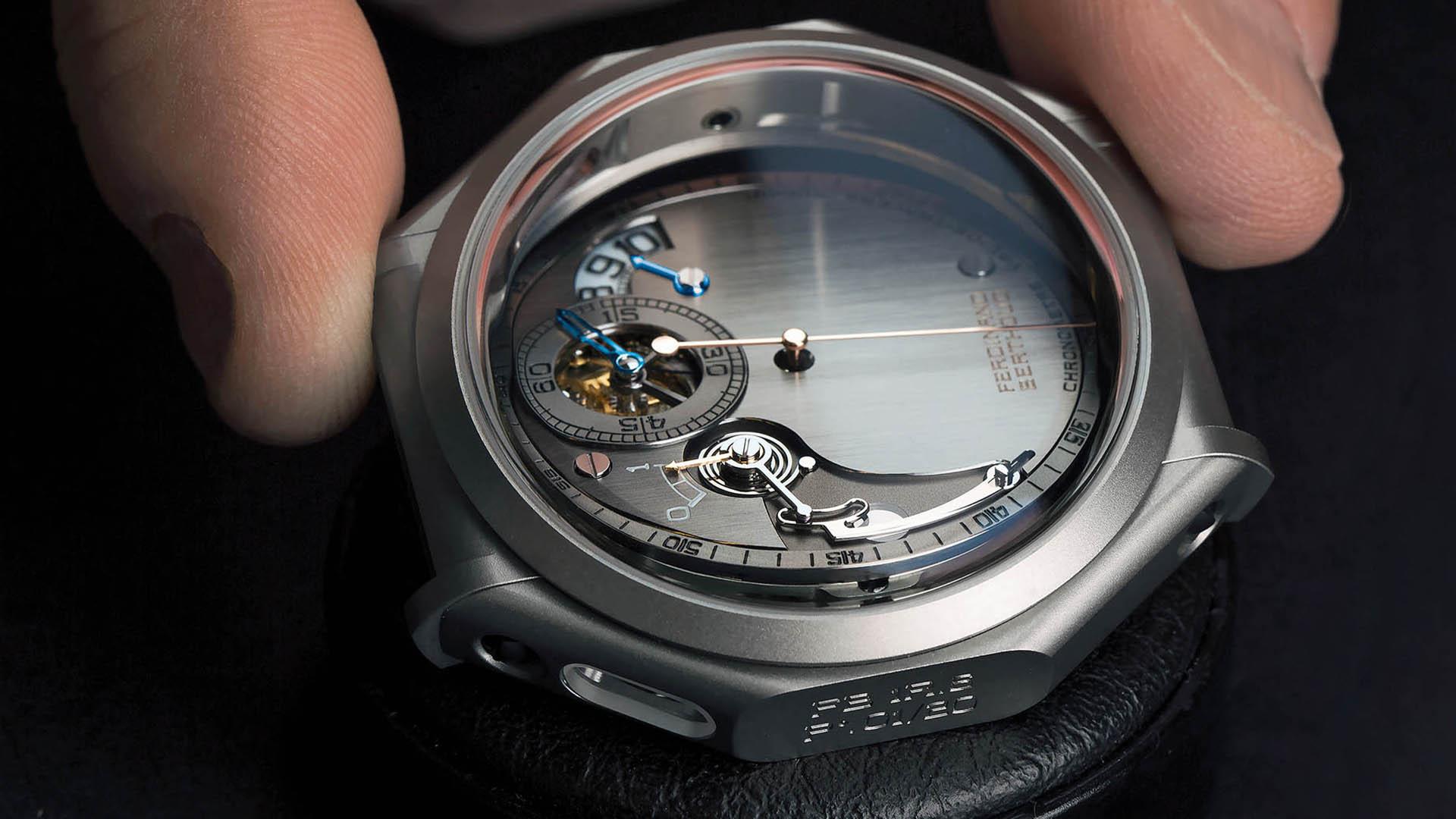 Chronometer FB-1R.6-1 von Ferdinand Berthoud. Zur Anzeige der Gangreserve wird ein sich langsam drehender Kegelstumpf abgetastet. Da das Werk einen Kette-Schnecke-Antrieb besitzt, ist kein Differenzialgetriebe erforderlich.