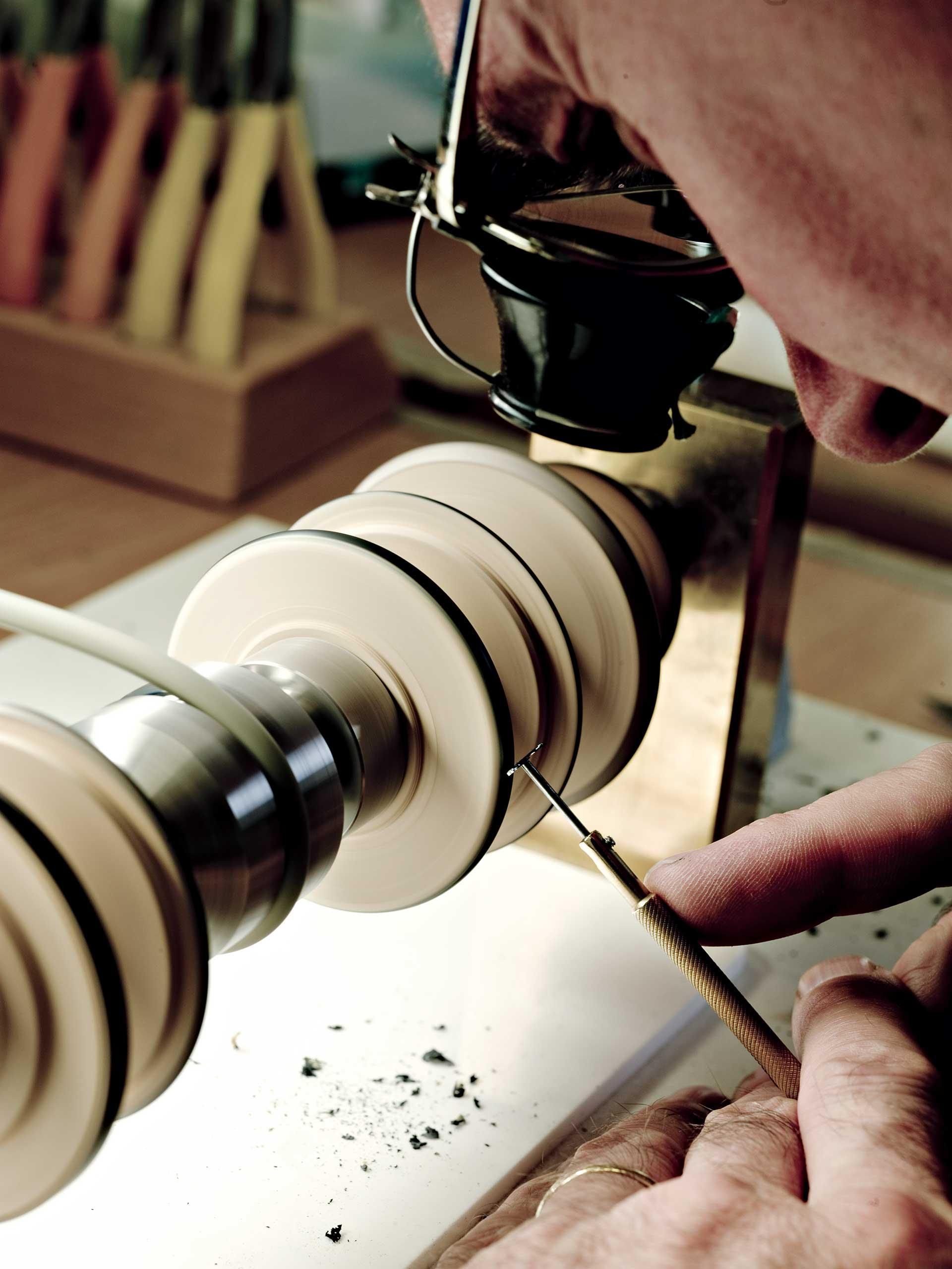 Nach dem Anglieren wird die angebrachte Schräge beziehungsweise Fase poliert – hier an einer Holzpolierscheibe.