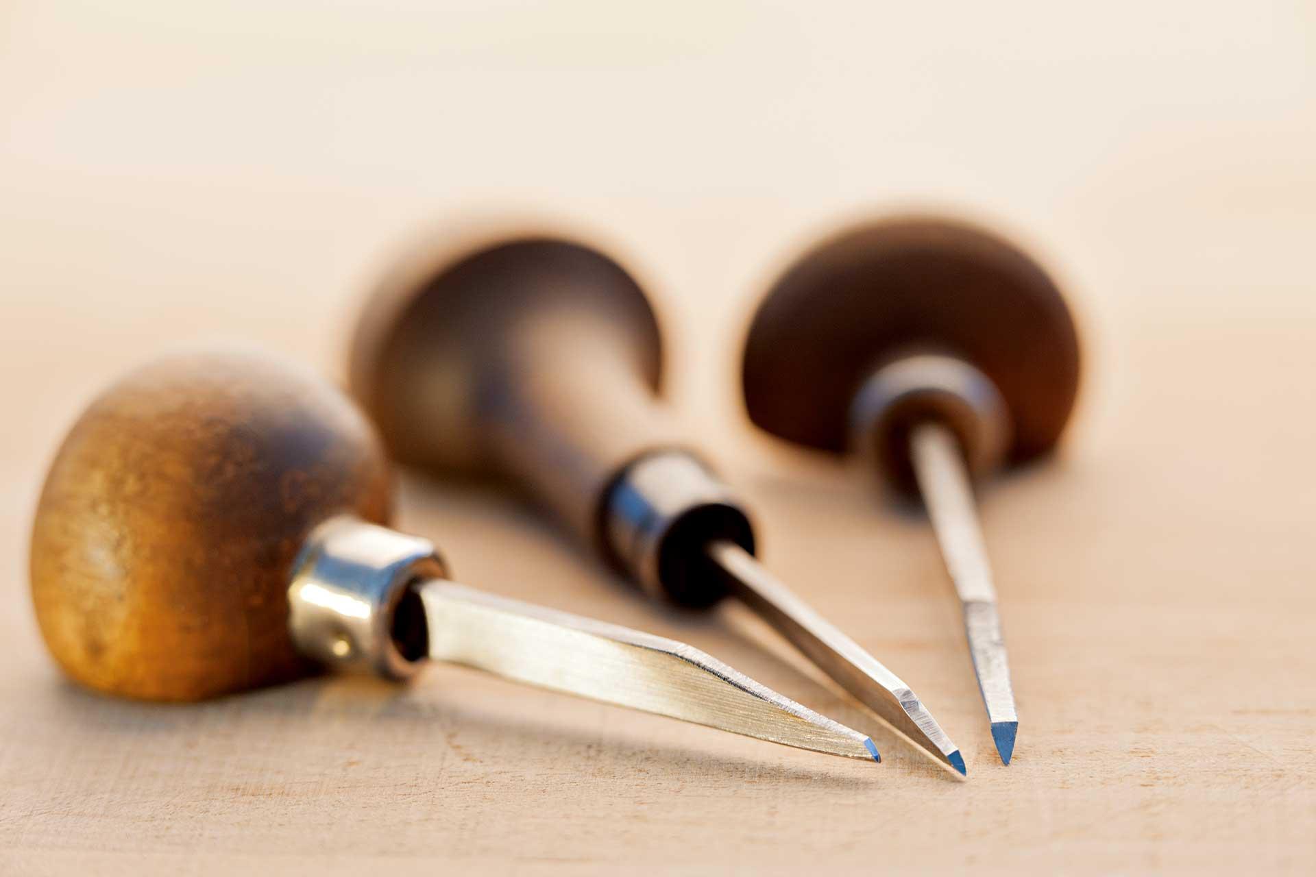 Das Werkzeug des Graveurs: Stichel, die individuell angepasst werden.