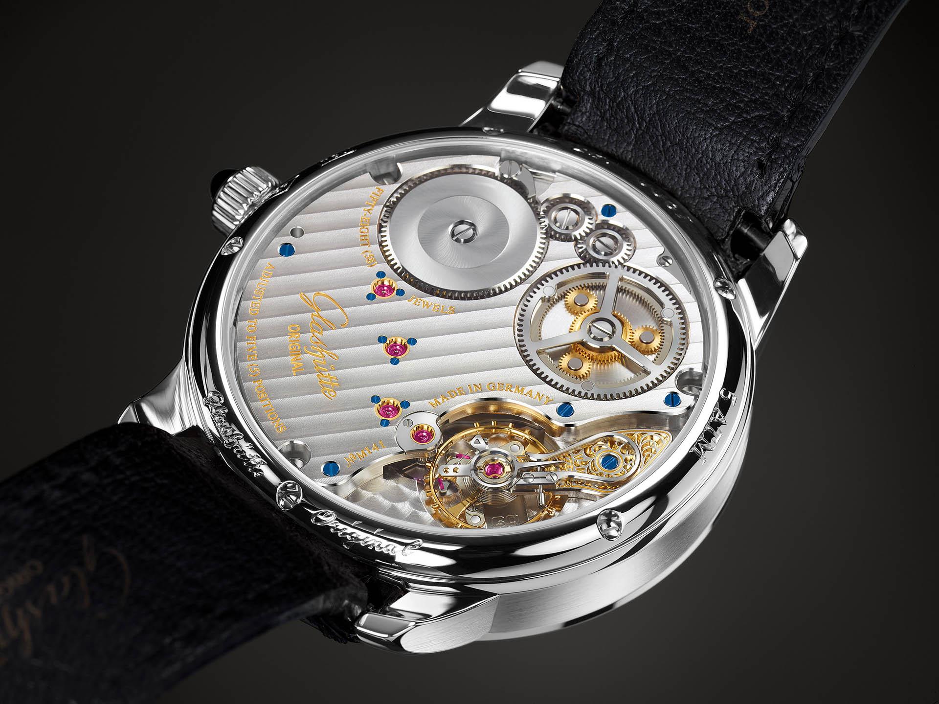 Handaufzugskaliber 58-01 arbeitet im Senator Chronometer von Glashütte Original. Neben dem Federhaus (links oben) gut zu sehen: das Planetenrad-Differenzial.