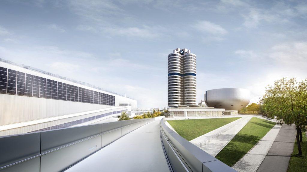BMW Group Werk München mit dem Hauptverwaltungsgebäude, dem «BMW-Vierzylinder»; rechts davon das BMW Museum.
