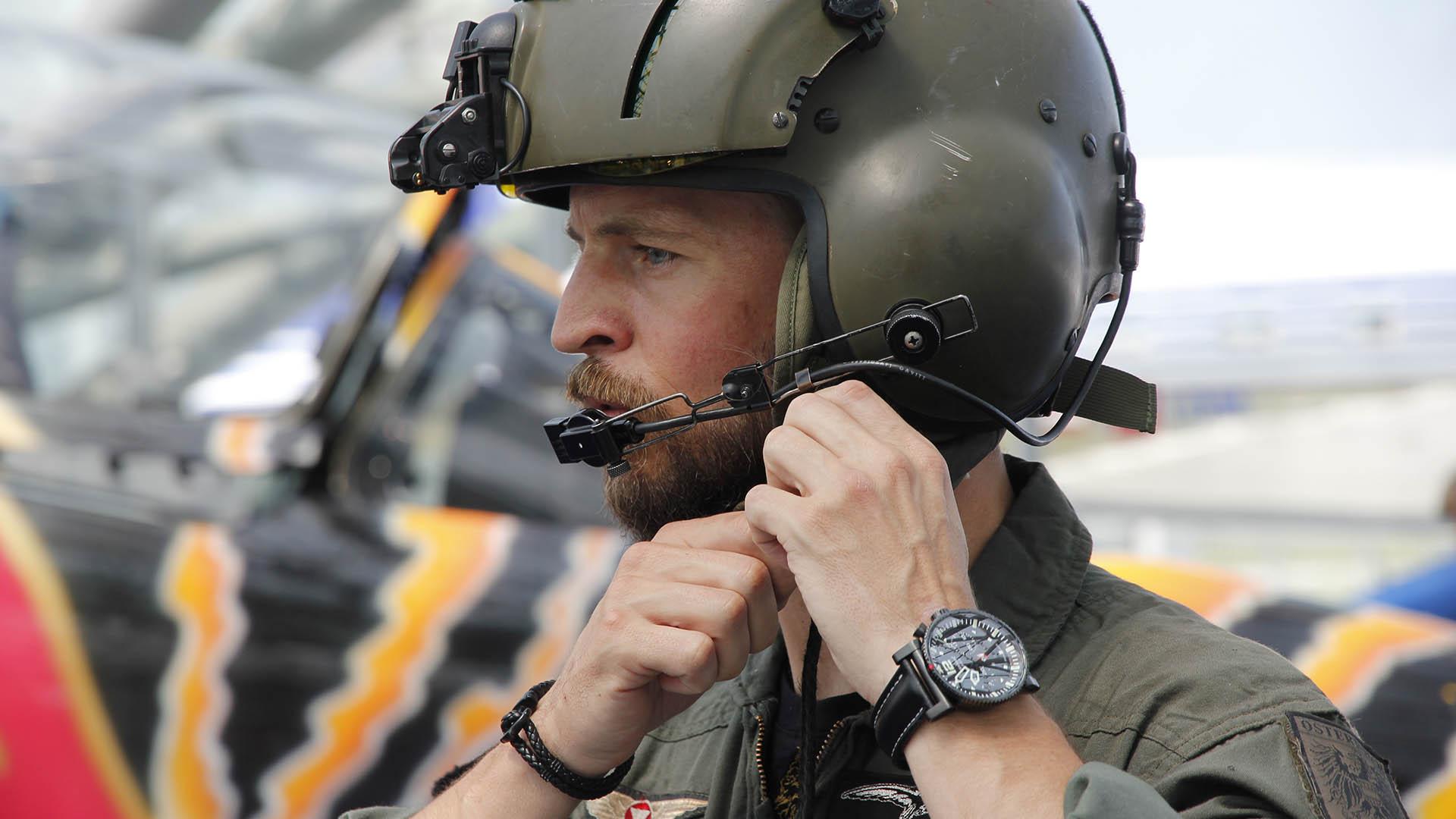 Primus Austrian Air Force Pilot am Arm eines Piloten