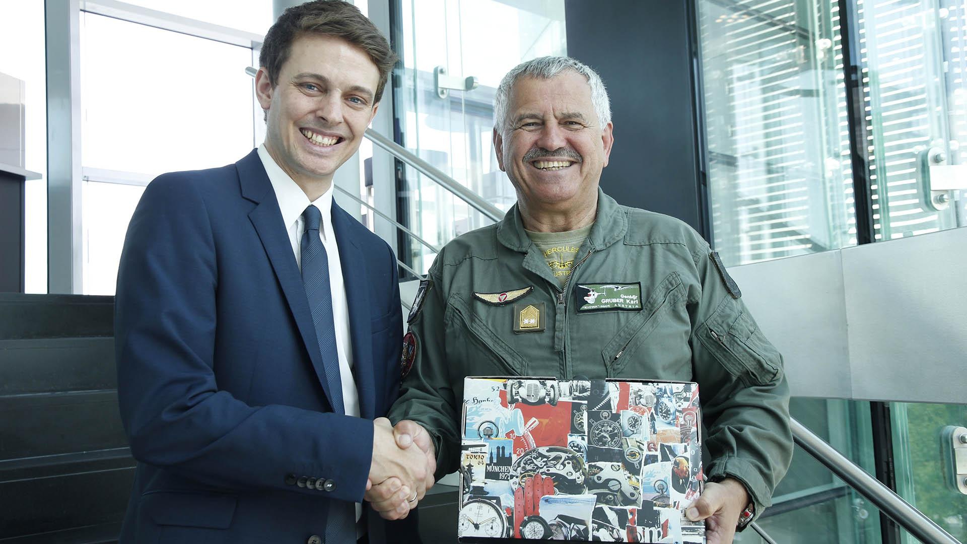 Felix Wallner (Hanhart) und Generalmajor Karl Gruber bei der Übergabe der Uhr mit der Nummer 1.