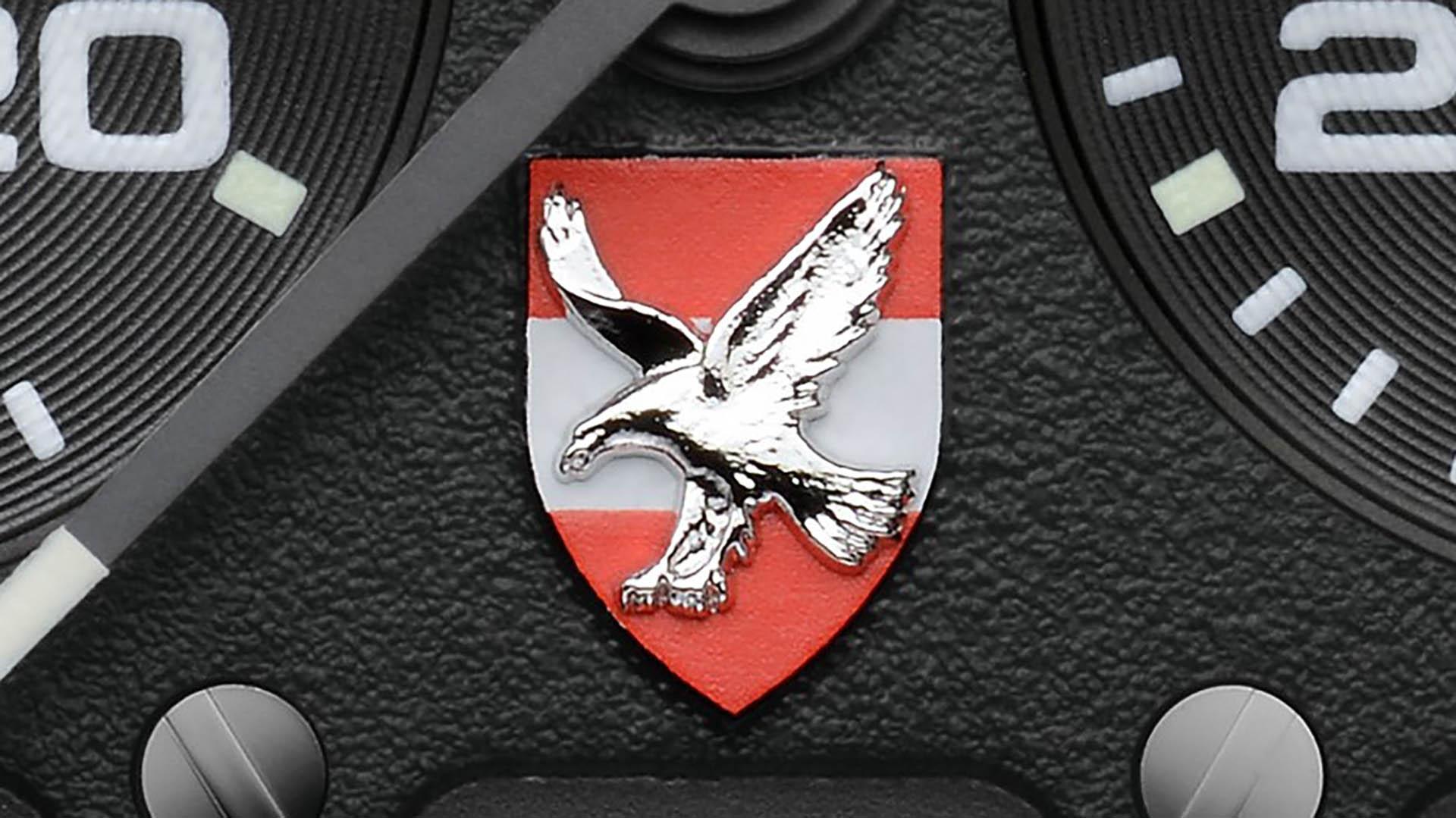 Das Wappen der österreichischen Luftwaffe auf dem Zifferblatt der Uhr