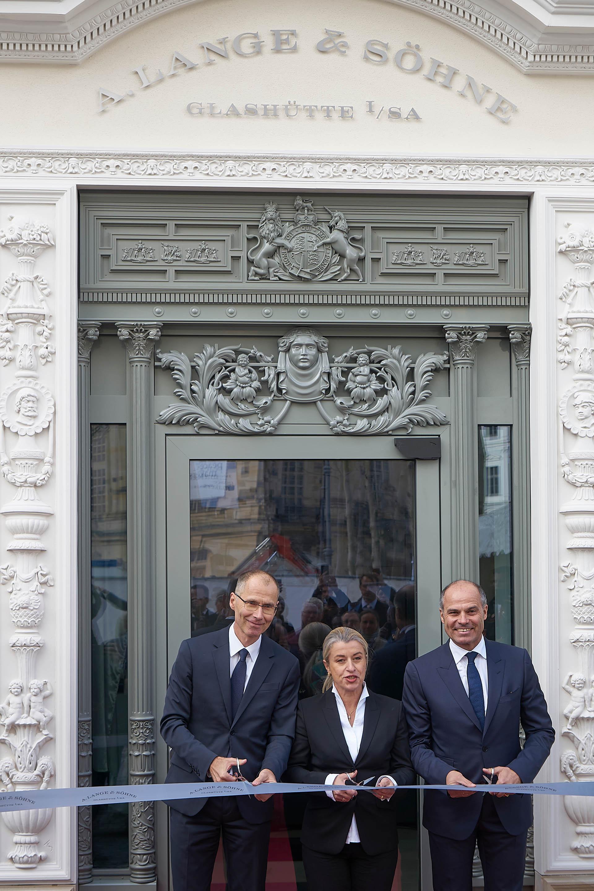 Filialleiterin Ulrike Brähmig-Heydenreich (Mitte) eröffnete mit Pressechef Arnd Einhorn (links) und Europadirektor Peter Justenhoven die neue Boutique.