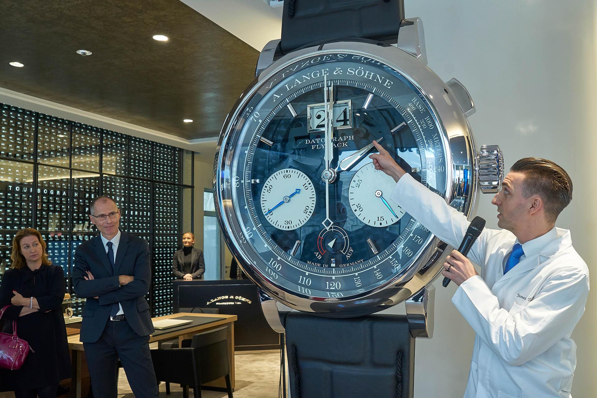 Ein übergroßes Modell des Datograph ziert die Dresdner Boutique von A. Lange & Söhne.