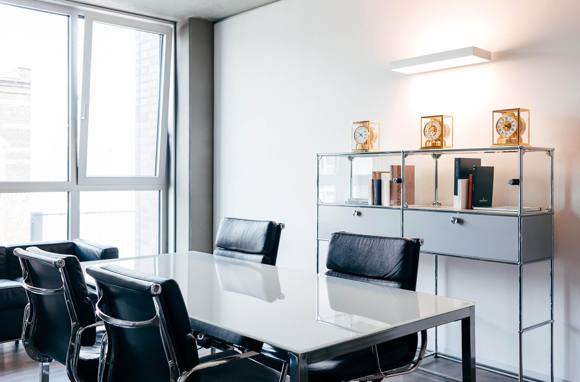 In der CHRONEXT-Zentrale in Köln gibt es Vorlagezimmer, in denen sich der Interessent verschiedene Uhrenzeigen lassen und nach einem Kauf auch direkt mitnehmen kann.