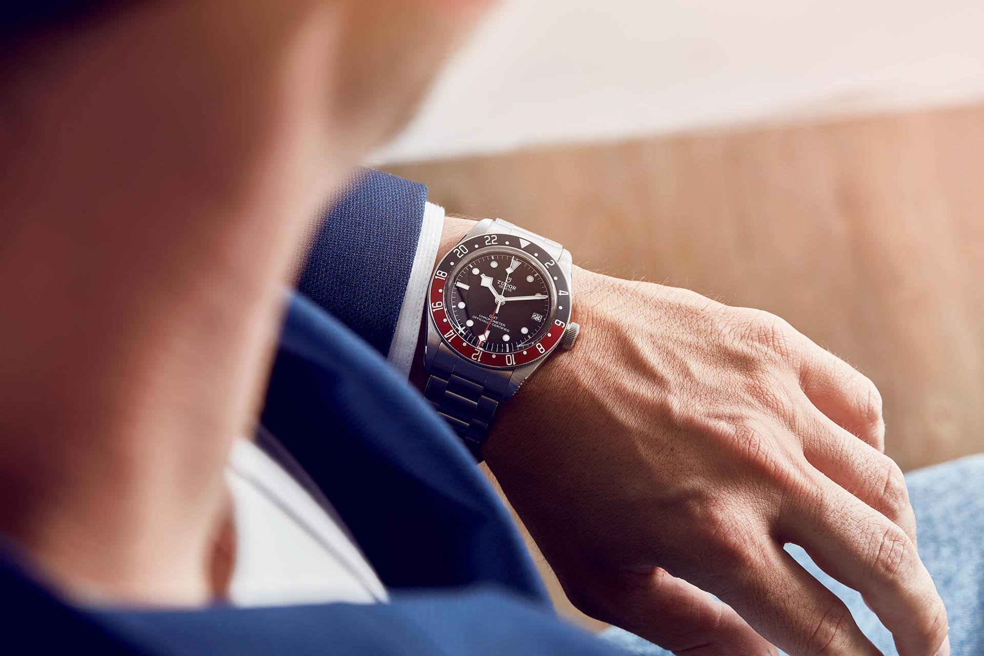 Wie spät ist es bei den Kollegen in den USA? Die Tudor Back Bay GMT gibt Auskunft.