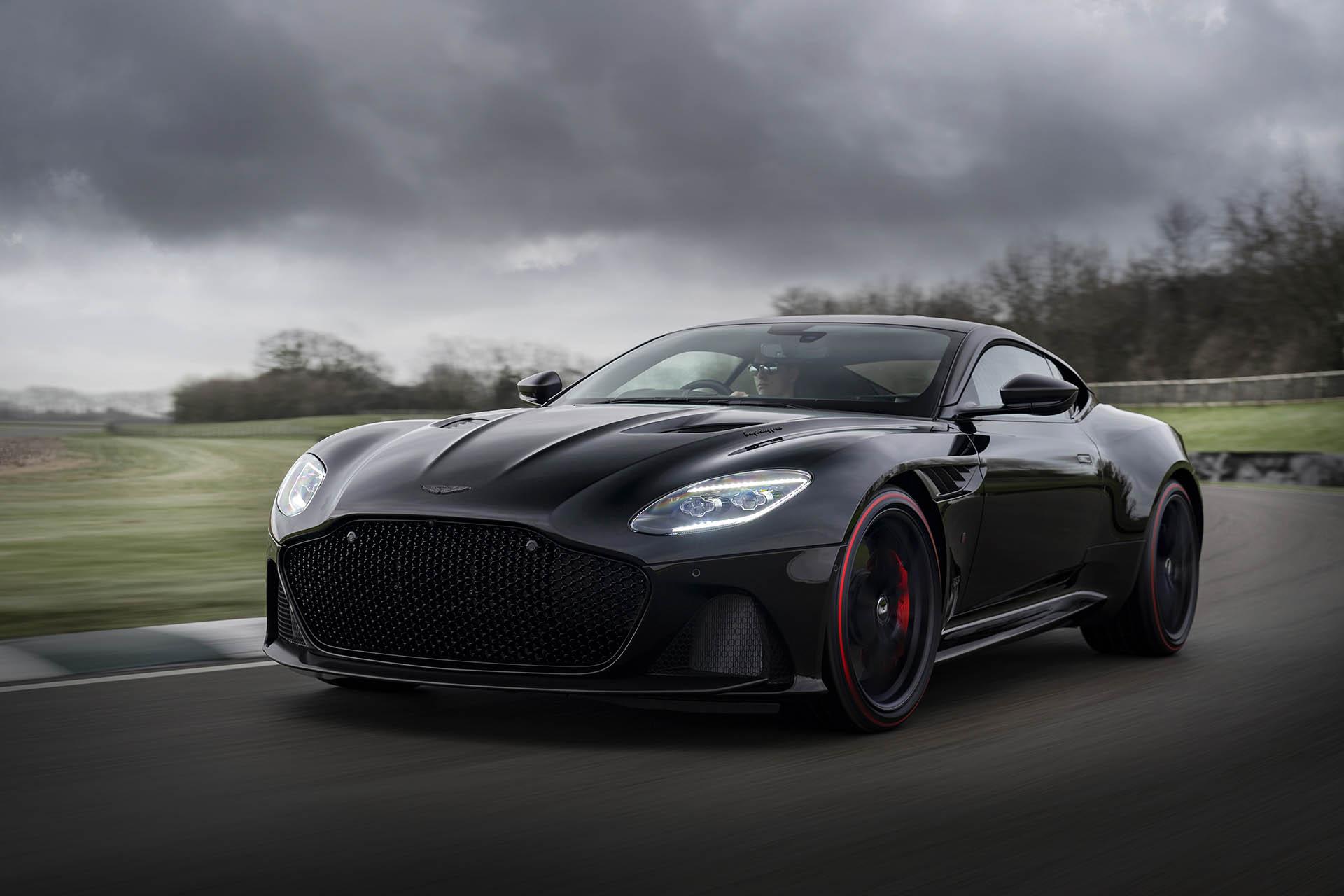 Den mattschwarzen Aston Martin DBS Superleggera TAG Heuer Edition gibt es gratis dazu.