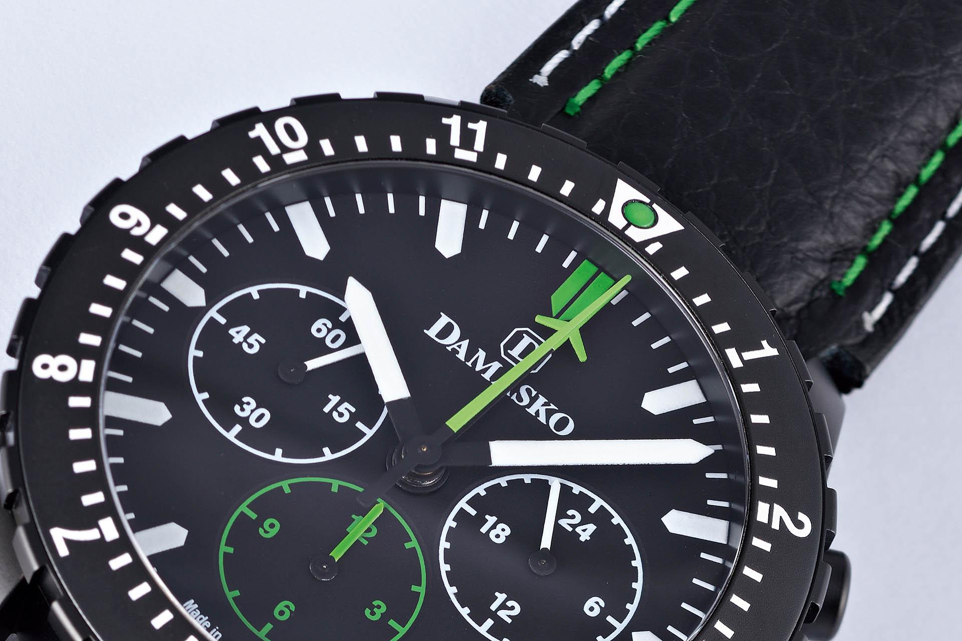 Das Modell DC 86 von Damasko hat ein gut ablesbares Zifferblatt. Die Anzeigen für den Chronographen sind in Grün gehalten: Der Sekundenzähler und der Minutenzähler mit einer Flugzeug-Silhouette als Spitze rotieren aus der Mitte. Der Stundenzähler befindet sich bei der «6».